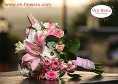 Orit Hertz - Floral Designer  אורית הרץ - לימודי עיצוב ושזירת פרחים  www.oh-flowers.com שזירת פרחים Hand Tied Bouquet, Rustic Bouquet, Bride Bouquets, Bridal Flowers, Floral Design, Table Decorations, Brides, Home Decor, Classic