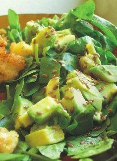 Lo sencillo también es delicioso, como esta ensalada de aguacates y berros con un toque de jugo de limón, aceite y semillas de linaza