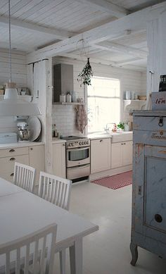 Home Interior Scandinavian Shabby chic / Vintage kitchen.Home Interior Scandinavian Shabby chic / Vintage kitchen Sweet Home, Cozinha Shabby Chic, Rustic White, White Wood, White Beams, White White, Country Kitchen, Kitchen Rustic, Big Kitchen