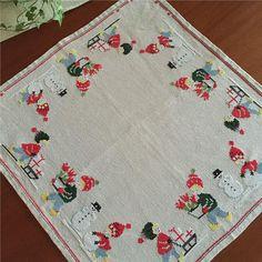 Handbroderad linne julduk 55 cm, med barn i utmärkt skick på Textiles, Christmas Cross, Magnolia, Cross Stitch, Autumn, Embroidery, Holiday, Crafts, Little Kitchen