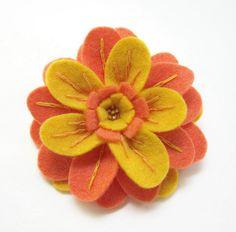 Broche de flor naranja y amarilla de fieltro