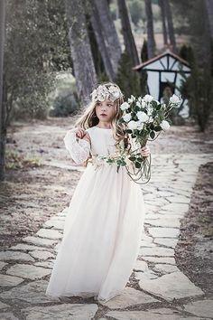 Fotos de Noelia de Estela para Magnifica Lulú con vestidos de primera comunión.