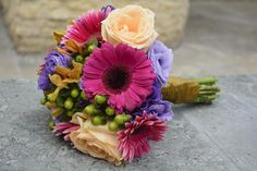 Colourful bouquet.   Buchet din trandafiri, gerbera, hypericum, orhidee, lisiantuhus. by Purple Effect Events