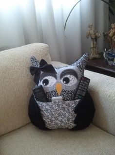 Owl pillow: creative gift idea for Christmas Wonder woman Diy Pillows, Decorative Pillows, Cushions, Throw Pillows, Fabric Crafts, Sewing Crafts, Sewing Projects, Owl Patterns, Sewing Patterns