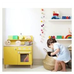 #playtips: The best toys for early speech and language development are those that set the stage for language rich in play in meaningful context....toy kitchens are the perfect addtion to your playroom...read our 5 tips to help your children get the most out of their play #ontheblog - link in bio . . . . #giftsforkids #pretendplay #playroom #playroomdecor #playroominspo #littleandbrave #childhoodunplugged #celebratechildhood #seeksimplicity #imaginativeplay