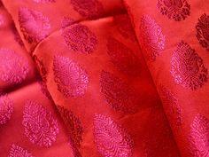Ce est une belle benarse brocart de soie floral tissu design pur en deux tons rouges et magenta. Le tissu illustrent petite Magenta tissés motifs floraux sur fond rouge.  Vous pouvez utiliser ce...