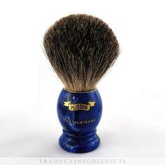 Pędzel znanej na całym świecie marki Plisson, rozmiar 10. Ręcznie robiony, z włosiem z chińskiego borsuka umieszczonym w metalowym pierścieniu, by mocno trzymał włosie w optymalnej pozycji. Rączka z logo Plissona w kolorze niebieskim.