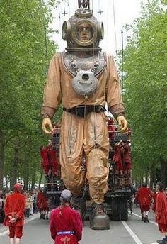 Nantes, France - Royal de Luxe - They came to Leeuwarden too & they were magical ! Marionette Puppet, Puppets, Perth, Nantes France, Tableaux Vivants, Deep Sea Diver, Little Giants, Art Brut, Stop Motion