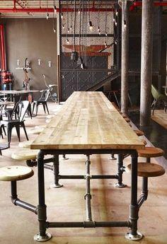 Fantastische lange tafel met vaste krukken