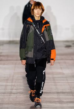 Christopher Raeburn Fall 2019 Menswear Fashion Show Collection: See the complete Christopher Raeburn Fall 2019 Menswear collection. Look 13 Fashion News, Fashion Brands, Mens Fashion, Cheap Fashion, Fashion Designers, Fashion Boots, High Fashion, Christopher Raeburn, Fashion Show Collection