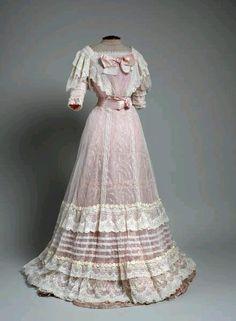 Historical fashion and costume design. 1900s Fashion, Edwardian Fashion, Vintage Fashion, Fashion Goth, Vintage Beauty, Victorian Gown, Edwardian Dress, Edwardian Era, Edwardian Clothing