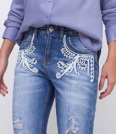 Calça feminina  Modelo boyfriend  Cropped  Com puídos  Com bordados  Marca: Marfinno  Tecido: Jeans  Modelo veste tamanho: 36     Medidas da modelo:     Altura: 1.72  Busto: 78  Cintura: 59  Quadril: 91  Manequim: 36       COLEÇÃO INVERNO 2017     Veja outras opções de    calças femininas   .
