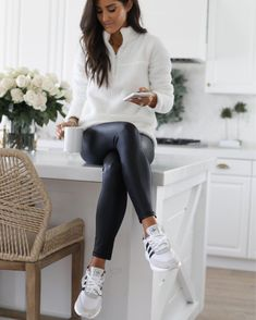 Leggings are a great fashion item to have in your wardrobe because it's so easy to create an outfit with them! Leggings can be so comfortable to lounge around in, they can make an outfit for a night out look Athleisure Outfits, Sporty Outfits, Cute Casual Outfits, Casual Chic, Comfy Casual, Sport Casual, Pretty Outfits, Look Fashion, Autumn Fashion