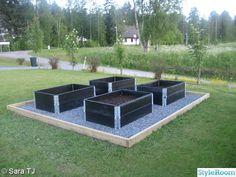 Fint med: svarta pallkragar och småsten runt, inramat (fast med svart bräda), för barnen att plantera diverse. Avsides, så dolt så möjligt!!!