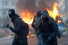 """¡Violentas manifestaciones callejeras!!!, ¿Dónde?, ¿Venezuela?, ¿Cuba?, ¿Brasil?, ¿Argentina? NOOOO, ES #FRANKFURT, #ALEMANIA. ¿POR QUÉ LOS GRANDES MEDIOS (MAINSTREAMMEDIA), NO GRITAN HISTÉRICAMENTE CONTRA ESE """"RÉGIMEN"""", PIDIÉNDO LA DIMISIÓN DEL PRESIDENTE, SANCIONES ECONÓMICAS, ÓRDENES EJECUTIVAS O INCLUSO INTERVENCIÓN MILITAR, COMO SÍ HACEN EN MEDIO ORIENTE, ASIA, AFRICA O AMÉRICA LATINA. ENCARCELAN 500 MANIFESTANTES, Y ¿POR QUÉ NO RECLAMAN SOBRE LA VIOLACIÓN A LOS DERECHOS HUMANOS?, ¿POR…"""