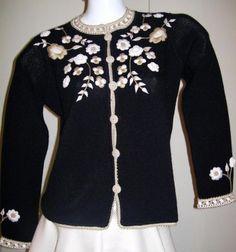 Extravagant bestickte #Damen #Jacke aus #Alpakawolle. In allen Größen lieferbar  Silberne aufwendige #Stickereien machen diese elegante Jacke zu etwas ganz Besonderem. Genießen Sie den Luxus der kostbaren Alpakawolle, einer der edelsten Wollarten der Welt und genießen Sie die Einzigartigkeit dieser eleganten Jacke.