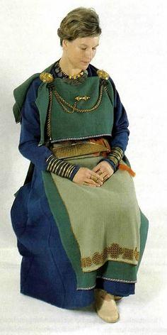 "Finnish iron/viking age Eura peplos dress ""http://www.dilettante.info/vikingpages/Finland/FinnishPeplos1.htm"" (quote)"