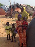 Perhe maan sisäisten pakolaisten leirissä Mogadishun liepeillä. Kuva: Pelastakaa Lapset