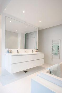 Se min hvide egoistbolig - Alt for damerne Bathroom Mirror Design, Bathroom Vanity Units, Double Sink Bathroom, Double Sink Vanity, Bathroom Spa, Bathroom Toilets, Bathroom Interior, Small Bathroom, Floating Vanity