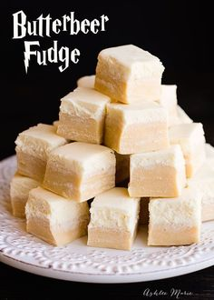 Everyone loves butterbeer, so here is a butterbeer fudge a butterscotch base with a creamy top, just like the drink itself. This would be perfect for a Harry Potter themed party or even a Christmas party. Fudge Recipes, Candy Recipes, Fall Recipes, Holiday Recipes, Dessert Recipes, Nutella, Cake Candy, Butterbeer Recipe, Hallowen Food