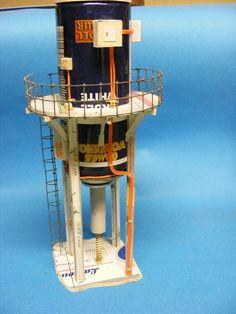 Usine de forage , ( la Foreuse ) inspiré d une publication de GW, pose de differents boitiers et cablages en fil de scoubidous , vis de forage issue d une chasse d eau usagé )