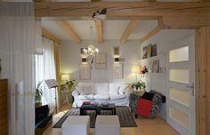 """Základ vybavení obývacího """"koutu"""" tvoří produkty IKEA vkusně kombinované s různými staršími kousky. Protože celý obytný prostor včetně kuchyně a jídelny má """"pouhých"""" 35 m2, volila paní Adéla především nízký nábytek, který nezahlcuje prostor"""