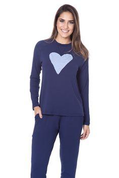 Pijama em malha. Blusa manga longa com aplique de coração e calça com bolso.