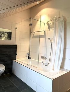 Ein rahmenloser Badewannenaufsatz aus Echtglas sieht in einem modernen Badezimmer besonders edel aus. Bath Screens, Alcove, Cosmos, Modern, Bathtub, Bathroom, Bath Room, Standing Bath, Washroom