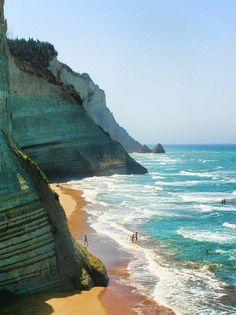 Loggas beach @ Korfu (Kerkyra) niesamowita plaża, robi wrażenie jak się leży pod taką scianą :)