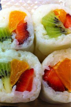 Fruit sushi: sticky rice, fresh fruit - dip in honey yogurt sauce. The only sushi I would eat. Sushi Recipes, Cooking Recipes, Fruit Sushi, Dessert Sushi, Candy Sushi, Healthy Snacks, Healthy Recipes, Healthy Eating, Gula