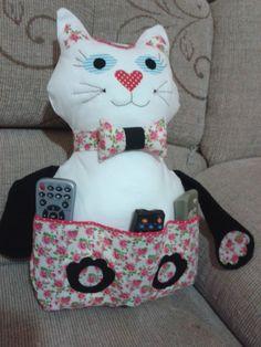Almofada gato porta controle remoto, feita de tecido e com enchimento de fibra. Controles remotos meramente ilustrativo.