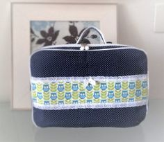 IMG_1579Hoje eu vou postar para vocês o passo à passo de como fazer uma maletinha de tecido muito fofa. A estampa utilizada é de bolinhas e corujinhas, fiz na cor azul marinho mas você pode optar p…