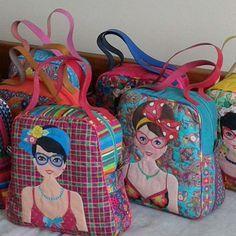 Bolsas aplicação mocinhas ...confecção e desenvolvimento Ropatch tecidos Renata Blanco #panos,#patchwork #tecidoslindos #estampasexclusivas #patch #panos #colorido #quilt. ..www.renatablanco.com.br
