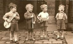An early Mumford and Sons perhaps:) Vintage Pictures, Old Pictures, Vintage Images, Old Photos, Foto Poster, Jolie Photo, Vintage Photographs, Beautiful Children, Little People
