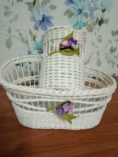 Фотография Newspaper Art, Newspaper Basket, Paper Basket Weaving, Paper Furniture, Easter Island, Basket Decoration, Wicker Baskets, Diy And Crafts, Shabby