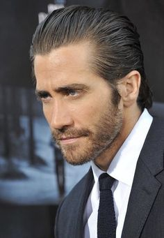 Jake Gyllenhaal came to talk to Kelly & Michael about his Broadway debut in the play 'Constellations' and the transformations he made for other movies. Maggie Gyllenhaal, Donnie Darko, Gorgeous Body, Beautiful Men, Jake Gyllenhaal Haircut, Outfits Hombre, Hair And Beard Styles, Haircuts For Men, Actor