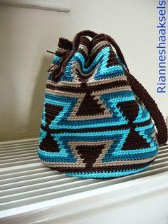 Wayuu Mochila Tapestry Crochet Free Patterns Tips & Guide Tapestry Crochet Patterns, Crotchet Patterns, Crochet Stitches, Knit Crochet, Crochet Hats, Knooking, Mochila Crochet, Crochet Backpack, Tapestry Bag