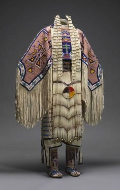 Vestido de mujer con sus accesorios correspondientes que forma parte de la exposición con la que el Museo Metropolitano de Nueva York (Met) rinde un homenaje a la cultura de los indios americanos de las grandes llanuras al explorar la belleza, el poder y la espiritualidad de su arte.