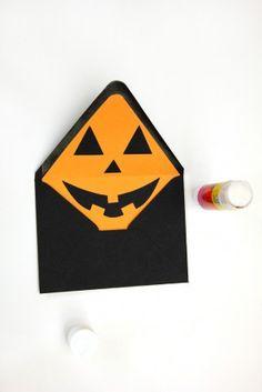 DIY Jack-o-Lantern Envelope Liners for Halloween Mail Art Envelope Halloween 2018, Halloween Birthday, Holidays Halloween, Halloween Diy, Halloween One Liners, Envelope Art, Envelope Liners, Mail Art Envelopes, Thanksgiving Cards