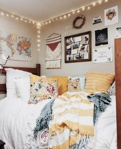 Loving these cute dorm rooms and dorm decor ideas! - Loving these cute dorm rooms and dorm decor ideas! Loving these cute dorm rooms and dorm decor ideas! Classy Dorm Room, Cute Dorm Rooms, Diy Dorm Room, Dorm Room Colors, Dorm Room Bedding, Bedding Sets, Boho Dorm Room, Best Dorm Rooms, Cool Teen Rooms
