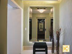 Para o Hall de entrada, a proposta é clean e elegante, com poucos e importantes elementos, onde o papel de parede em tom de verde, luminária central em cristal e um grande espelho desenhado especialmente para o projeto, trazem personalidade ao espaço. #ProjetodeArquitetura #Arquitetura #Decor #Residencial #HallDeEntrada #KarlaOliveira #StudioKarlaOliveira