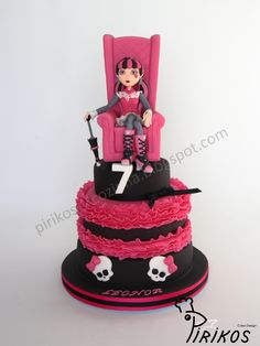 Draculaura Cake - 3 level cake - Chocolate cakes with strawberry filling with laminated strawberries and black ganache - Draculaura and sofa in fondant Bolo Monster High, Festa Monster High, Chocolate Strawberry Cake, Strawberry Cakes, Strawberry Filling, Chocolate Cakes, Pastel Cakes, Cata, Girl Cakes
