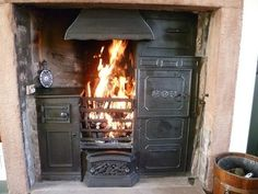 Vintage ovens Antique Wood Stove, How To Antique Wood, Edwardian Fireplace, Victorian Tiles, Victorian House, Old Stove, Cooking A Roast, Cast Iron Stove, Stove Fireplace