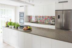 Fullutrustat kök från Ballingslöv med stor köksö och stor kyl och frys med french doors. LOCATION: Hus i Nacka