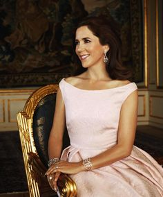 Love the neckline and the simplicity of the dress ~ Crown Princess Mary of Denmark.