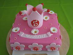 Roze taart met madeliefjes
