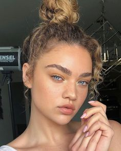 Here are the 2018 summer beauty trends! These are the hottest summer beauty trends of Whether it is bringing back old styles or inventing new ones, this is what is hot this summer! Beauty Make-up, Beauty Hacks, Hair Beauty, Beauty Care, Beauty Tips, Natural Makeup Looks, Natural Make Up, Natural Beauty, Natural Summer Makeup