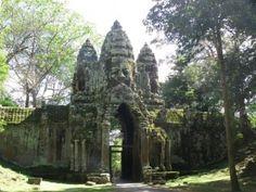 Wer ein wenig auf Kultur achtet wird bei einer Asien Reise auch immer mal wieder Tempelanlagen besichtigen. Angkor Wat In kambodscha ist immer eine Reise wert auch wenn man sehr viel zeit mitbringen sollte das man sich auch die Riesenanlage anschauen kann Angkor Wat, World Religions, Hindu Temple, Unique Architecture, Tower Bridge, Mosque, Cambodia, Barcelona Cathedral, Acre