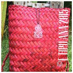 #etipuana_pikau Flax Weaving, Hand Weaving, Woven Bags, Maori Art, Weaving Techniques, Kite, Chanel Boy Bag, Islands, Baskets