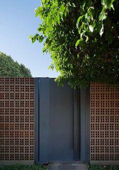Intervenção na Residência Gimenez / b Design Exterior, Facade Design, Interior And Exterior, Brick Architecture, Architecture Details, Interior Architecture, Compound Wall, Boundary Walls, Entrance Gates